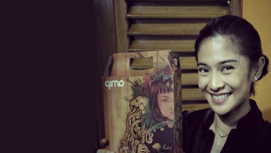 Artist-Dian-Sastro-pemeran-kartini-mengkoleksi-Souvenir-oleh-oleh-kaos-khas-qimoJapara-Jepara-